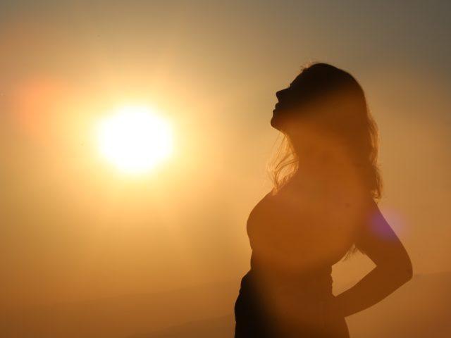 Frau im Sonnenlicht