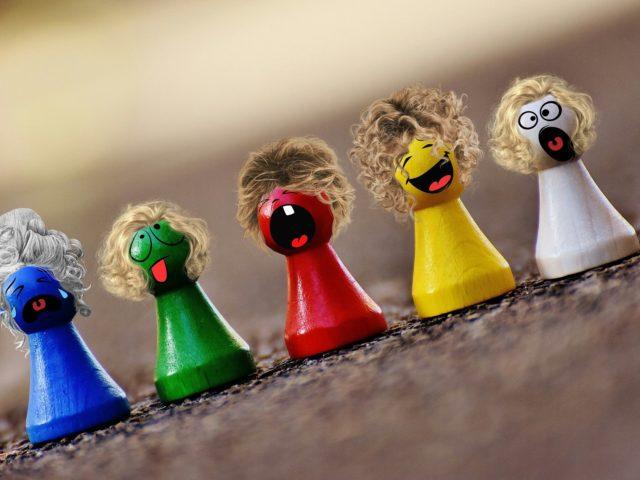 Fünf Spielfiguren mit Gesichtern