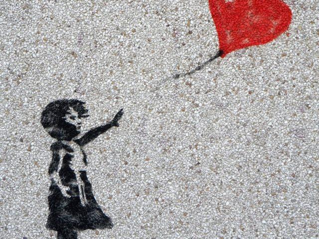 Grafitibild Mädchen lässt Ballon los